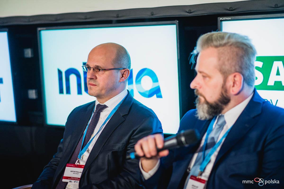 Prezes APA Group Artur Pollak (z lewej) i towarzyszący prelegenci.